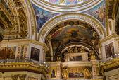 Sankt Petersburg, Russland - 10. September 2013. Im Inneren eingerichtet Saint Isaac Cathedral absolut mit Gemälden und Bas-Reliefs, Russland. — Stockfoto