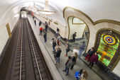 Moskva tunnelbanestation Novoslobodskaia, Ryssland. Tunnelbanestationen Novoslobodskaia ligger en stor monument av sovjettiden. — Stockfoto