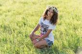 Teenage girl with a wreath of daisies on the nature — ストック写真