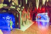 Antalya, Turkey-1 September 2014 People in the  aquarium. IT  is  longest of  world panoramic tunnel with alength  131 meters — Stock Photo