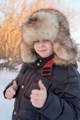 Boy in the winter hat shows gesture all is well — Стоковое фото