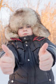 Boy in the winter hat shows gesture all is well — Foto Stock