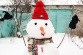 Muñeco de nieve en un gorro rojo — Foto de Stock