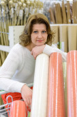 Woman buys wallpaper in  store — Stock Photo