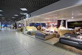 Moskwa, Rosja - 05 marca 2015 r. Wnętrz meble zakupy Kompleks Grand. Meble centrum handlowego Grand - największy sklep w Rosji i Europie. — Zdjęcie stockowe
