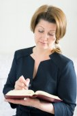 Business woman with  notebook and pen in hand — Stock fotografie