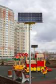 Lekplats på gården i en lägenhet hus med solpaneler — Stockfoto