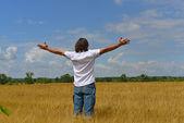 Hombre está parado en el campo de centeno — Foto de Stock