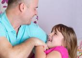 Close relationship between father and daughter — Stock Photo