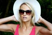 Pretty Girl in Hat and Sunglasses — Stock Photo