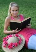 Relaxed Book Reader Otdoors — Stock Photo