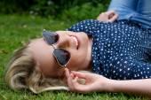 красивая блондинка женщина с солнцезащитные очки — Стоковое фото