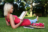 Relaxed Book Reader Otdoors — Stockfoto