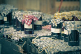 Many preserving jars with dark jam in a market — Stockfoto