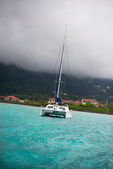 Recreational Yacht in fog at the coast of Seychelles — Zdjęcie stockowe