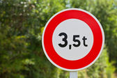 Traffic sign of 3,5 tons — Stock Photo