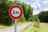 Traffic sign of 3,5 tons weigh restriction — Stock Photo