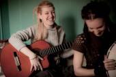 Twee mooie vrouw met tamboerijn en gitaar — Stockfoto