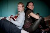 Two beautiful woman with guitar — Stock Photo