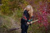 ハロウィーンの魔女の落下に身を包んだ若い女の子 — ストック写真