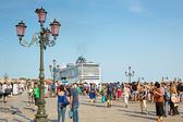 Tourists at St. Mark's Square in Venice, and cruise ship MSC Preziosa — Stock Photo