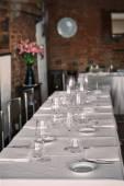 Weißer Tisch mit Geschirr und mit einem sauberen Innenraum — Stockfoto
