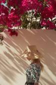 Hezká žena v slaměný klobouk — Stock fotografie