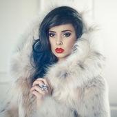Dame in luxuriösen pelz — Stockfoto