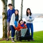 Küçük erkek kardeşim ve sist çevrili tekerlekli sandalyede devre dışı — Stok fotoğraf #65551027
