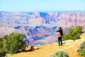 Teen girl taking pictures at the Grand Canyon — Stock Photo