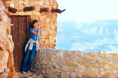 Biracial teen girl relaxing, leaning against rock wall overlooki — Foto de Stock