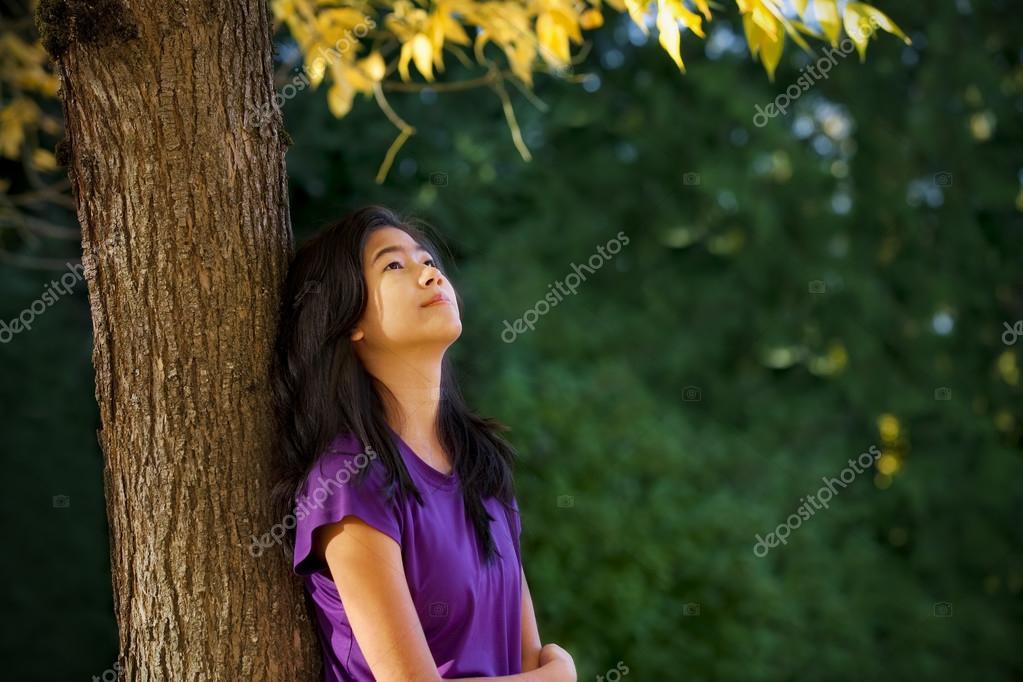 Resultado de imagen de chica apoyada en un arbol