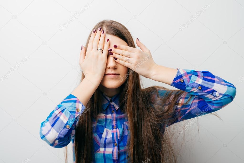 Девушка с завязанными глазами и руками