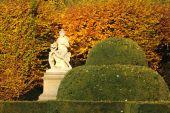 древняя статуя женщины в осенний парк — Стоковое фото