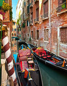 Narrow canal with boats — Stockfoto