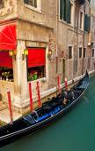 Narrow canal with boat — 图库照片