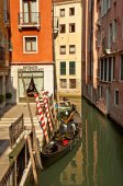 Canal estrecho con barco — Foto de Stock