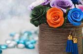 Konstgjorda blommor i korg — Stockfoto