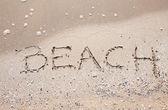 Pisma słowo plaża w morze piasek plaża — Zdjęcie stockowe