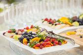 新鮮な果物をスライスして皿に盛り合わせ — ストック写真