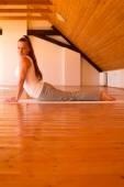 Pratik Yoga bir stüdyoda kadın — Stok fotoğraf