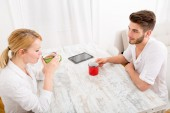Young couple having a coffee break — Stock Photo