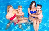 Jugendliche, die Spaß im pool — Stockfoto
