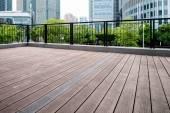 Edifícios de escritórios e plataformas de madeira — Fotografia Stock