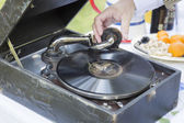 Man Starting Antique Phonograph Record Player — Stockfoto
