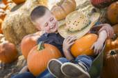 Two Little Boys Playing in Wheelbarrow at the Pumpkin Patch — Stok fotoğraf