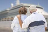Senior Couple On Shore Looking at Cruise Ship — Stockfoto