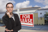 Woman In Front of Commercial Building and For Lease Sign — Stock Photo