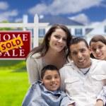famiglia ispanica nella parte anteriore del segno venduto immobili, casa — Foto Stock #62488707