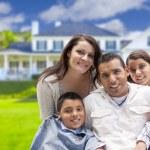 giovane famiglia ispanica davanti alla loro nuova casa — Foto Stock #62488741